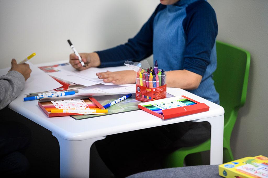 Barn som målar i väntrum